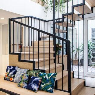 Idée de décoration pour un escalier design en U de taille moyenne avec des marches en bois et des contremarches en bois.