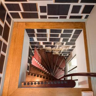 Modelo de escalera de caracol, minimalista, pequeña, con escalones de metal y barandilla de metal