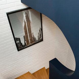 パリの中くらいの木のコンテンポラリースタイルのおしゃれならせん階段 (木の蹴込み板) の写真