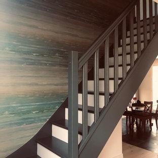 Modelo de escalera tradicional renovada con escalones de madera pintada, contrahuellas de madera pintada y barandilla de madera