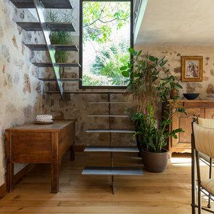 Exemple d'un escalier sans contremarche méditerranéen en U avec des marches en métal.