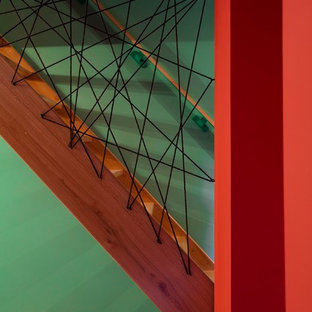 Foto de escalera recta, contemporánea, pequeña, con escalones de madera