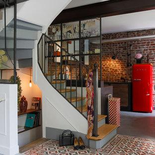 Cette photo montre un escalier courbe industriel de taille moyenne avec des marches en bois.
