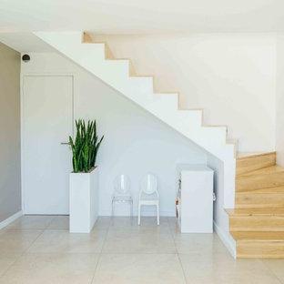 Modelo de escalera en L, mediterránea, con escalones de madera pintada y contrahuellas de madera pintada