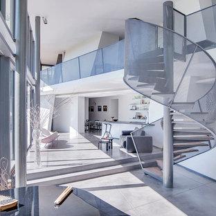 Exemple d'un escalier hélicoïdal tendance avec un garde-corps en métal.
