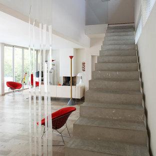 Aménagement d'un grand escalier droit contemporain avec des marches en béton et des contremarches en béton.