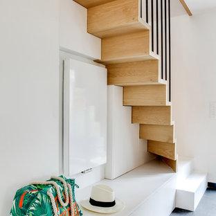 Idée de décoration pour un escalier droit design de taille moyenne avec des marches en bois et des contremarches en bois.