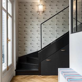 Пример оригинального дизайна интерьера: угловая лестница среднего размера в стиле современная классика с крашенными деревянными ступенями и крашенными деревянными подступенками