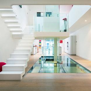 ボルドーの大きいコンクリートのコンテンポラリースタイルのおしゃれな折り返し階段 (コンクリートの蹴込み板) の写真