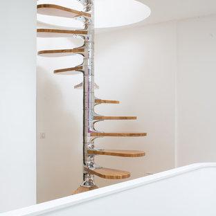 ボルドーの中サイズの木のコンテンポラリースタイルのおしゃれな階段の写真