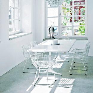 Idéer för att renovera en stor industriell matplats, med vita väggar och betonggolv