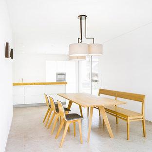 Foto di una sala da pranzo aperta verso la cucina moderna di medie dimensioni con pareti bianche e pavimento in linoleum