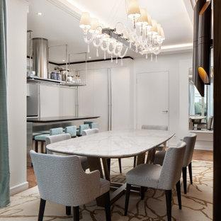 Mittelgroße Moderne Wohnküche mit weißer Wandfarbe, braunem Holzboden und beigem Boden in Berlin