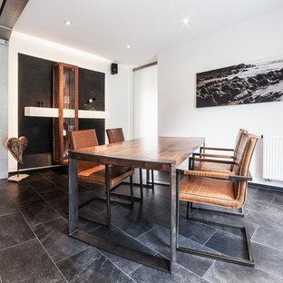 Geschlossenes, Mittelgroßes Industrial Esszimmer ohne Kamin mit weißer Wandfarbe, grauem Boden und Schieferboden in Köln