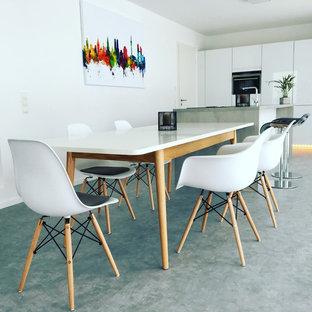 Mittelgroße Moderne Wohnküche ohne Kamin mit weißer Wandfarbe, Betonboden und grauem Boden in Stuttgart
