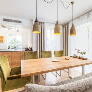 Mittelgroße Moderne Wohnküche ohne Kamin mit weißer Wandfarbe, hellem Holzboden und beigem Boden in Sonstige