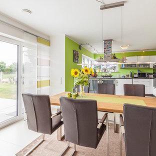 Mittelgroße Moderne Wohnküche ohne Kamin mit grüner Wandfarbe in Sonstige