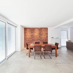 Offenes, Großes Modernes Esszimmer mit weißer Wandfarbe und grauem Boden in Essen