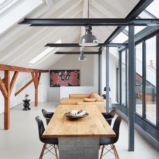 Cette photo montre une salle à manger ouverte sur le salon tendance avec un mur blanc et un sol en linoléum.