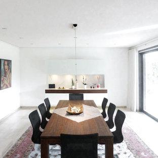 Mittelgroßes, Geschlossenes Modernes Esszimmer ohne Kamin mit weißer Wandfarbe, Kalkstein und beigem Boden in Nürnberg