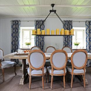 Geschlossenes, Mittelgroßes Landhausstil Esszimmer ohne Kamin mit bunten Wänden, braunem Holzboden und braunem Boden