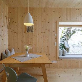 Bild på en mellanstor minimalistisk matplats med öppen planlösning, med bruna väggar, ljust trägolv och brunt golv