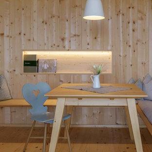 Geschlossenes, Kleines Nordisches Esszimmer ohne Kamin mit hellem Holzboden, brauner Wandfarbe und braunem Boden in München