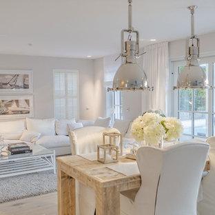 Foto de comedor romántico, de tamaño medio, abierto, con paredes blancas y suelo de madera clara