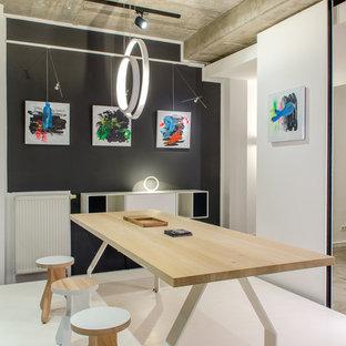 Удачное сочетание для дизайна помещения: гостиная-столовая в современном стиле с черными стенами и полом из травертина - самое интересное для вас