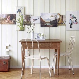 Modelo de comedor romántico, pequeño, sin chimenea, con paredes beige y suelo de madera clara