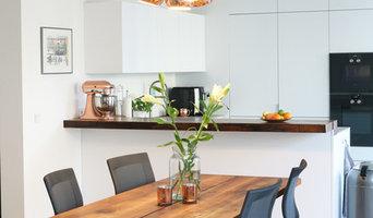 Blick zur offenen Küche vom Essbereich