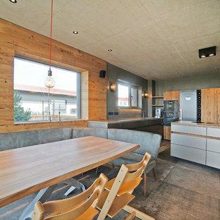 Mittelgroße Moderne Wohnküche mit Keramikboden, grauem Boden und grauer Wandfarbe in München