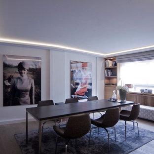 Ispirazione per una sala da pranzo contemporanea di medie dimensioni con pareti marroni e pavimento in legno verniciato