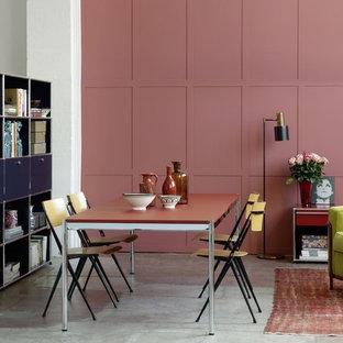 他の地域のエクレクティックスタイルのおしゃれなダイニング (ピンクの壁、コンクリートの床) の写真