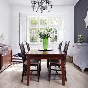 Geschlossenes, Mittelgroßes Maritimes Esszimmer ohne Kamin mit weißer Wandfarbe, hellem Holzboden und beigem Boden in Bremen