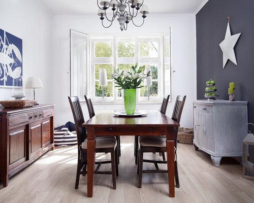 Geschlossenes, Mittelgroßes Maritimes Esszimmer Ohne Kamin Mit Weißer  Wandfarbe, Hellem Holzboden Und Beigem Boden