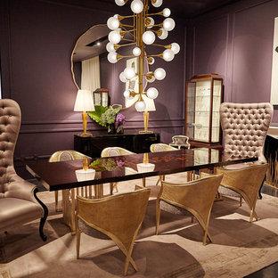 Esempio di una sala da pranzo classica chiusa e di medie dimensioni con pareti viola, cornice del camino in intonaco e pavimento nero