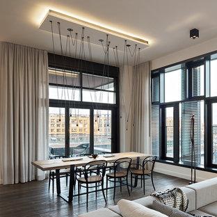 Offenes, Großes Modernes Esszimmer mit weißer Wandfarbe und dunklem Holzboden in Hamburg