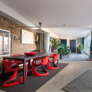 Foto di una sala da pranzo aperta verso il soggiorno boho chic con pareti bianche, pavimento in cemento e pavimento grigio