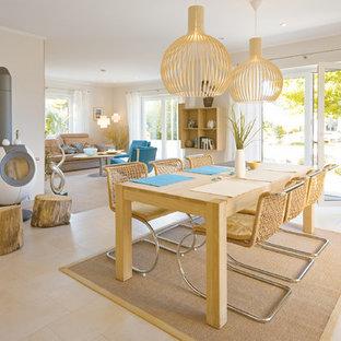 Immagine di una sala da pranzo mediterranea con pareti grigie, pavimento con piastrelle in ceramica, stufa a legna e cornice del camino in metallo
