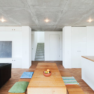 Offenes, Mittelgroßes Modernes Esszimmer Mit Weißer Wandfarbe, Braunem  Holzboden Und Braunem Boden In Stuttgart