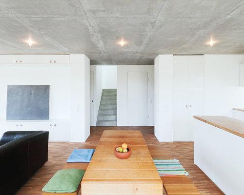 Wohnidee Für Offene, Mittelgroße Moderne Esszimmer Mit Weißer Wandfarbe,  Braunem Holzboden Und Braunem Boden