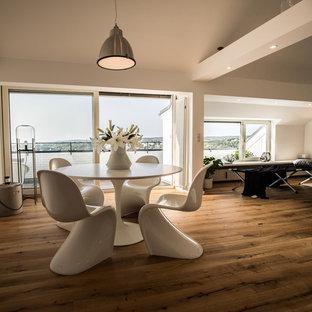 Offenes, Mittelgroßes Modernes Esszimmer ohne Kamin mit weißer Wandfarbe, dunklem Holzboden und braunem Boden in Bonn