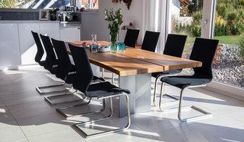 Designtisch mit Nussbaum-Holzbohlen und Formstrick-Freischwinger