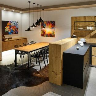 Große Moderne Wohnküche ohne Kamin mit weißer Wandfarbe und grauem Boden in Dresden