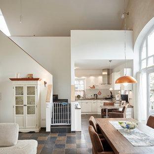 Offenes, Geräumiges Landhausstil Esszimmer ohne Kamin mit weißer Wandfarbe in Bremen