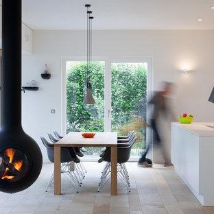 Свежая идея для дизайна: кухня-столовая среднего размера в современном стиле с белыми стенами и полом из травертина - отличное фото интерьера