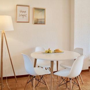 Mittelgroßes Skandinavisches Esszimmer ohne Kamin mit weißer Wandfarbe, braunem Holzboden und beigem Boden in Düsseldorf