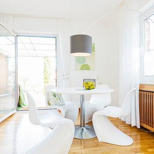 Nordisches Esszimmer ohne Kamin mit weißer Wandfarbe, braunem Holzboden und braunem Boden in Sonstige
