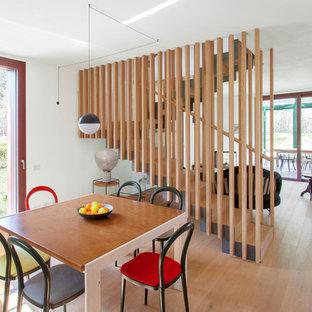 Esempio di una sala da pranzo minimal con parquet chiaro, pavimento beige e pareti grigie